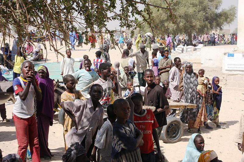 昨年11月末のボコ・ハラムによる襲撃を受け、ナイジェリア北部と国境を接するニジェールに国境を越えて逃れてきた難民たち。ニジェール側国境沿いのディファ地域にあるガガマリに設置された仮設キャンプだけでも約1万6千人の難民がいる。写真は、ディファ地域にある国境沿いの村ボソで、国連世界食糧計画(WFP)による食糧配給が行われている様子(写真:欧州委員会人道援助局 / アノーク・デラフォートリエ)