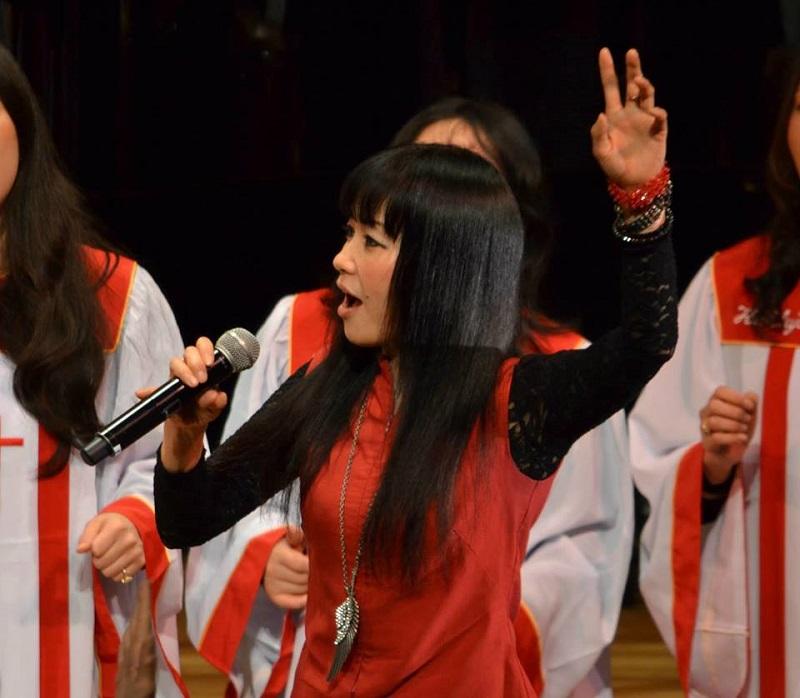 1995年からプロのシンガーソングライターとして活動している  Emi Shirasaya さん。神の愛を表現した音楽を聴きに来てもらうのではなく、届ける活動をしている。