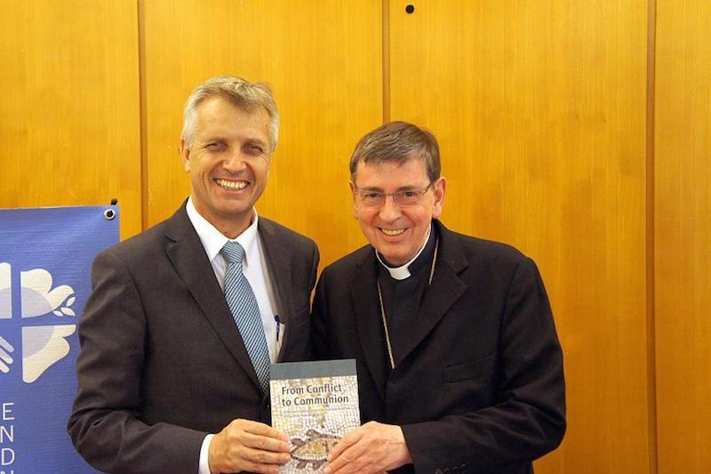 ルーテル世界連盟(LWF)総幹事のマルティン・ユンゲ牧師(左)と、教皇庁キリスト教一致推進評議会(PCPCU)議長のコッホ枢機卿(写真:LWF / S・ガレー)<br />