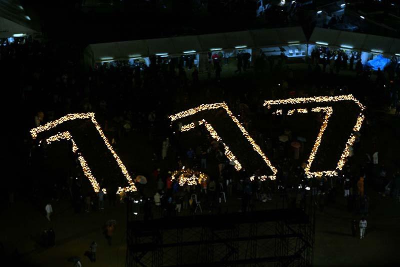 阪神・淡路大震災の3周年を機に、被災者を中心としたボランティアグループによって始められた「1・17のつどい」は今年で17回目。例年、竹灯籠にろうそくを灯して「1・17」を形作り、発生時刻の午前5時46分には黙祷をささげている。(写真:神戸市)<br />