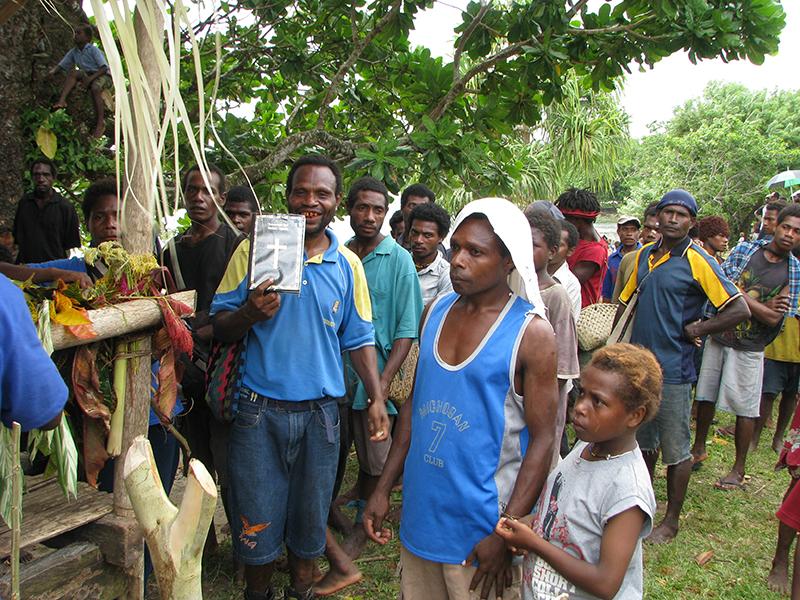 パプアニューギニアの東ニューブリテン州ウボルで行われた新約聖書の頒布の様子=2010年1月9日(写真:カフナプル・マイケル・ジョン)