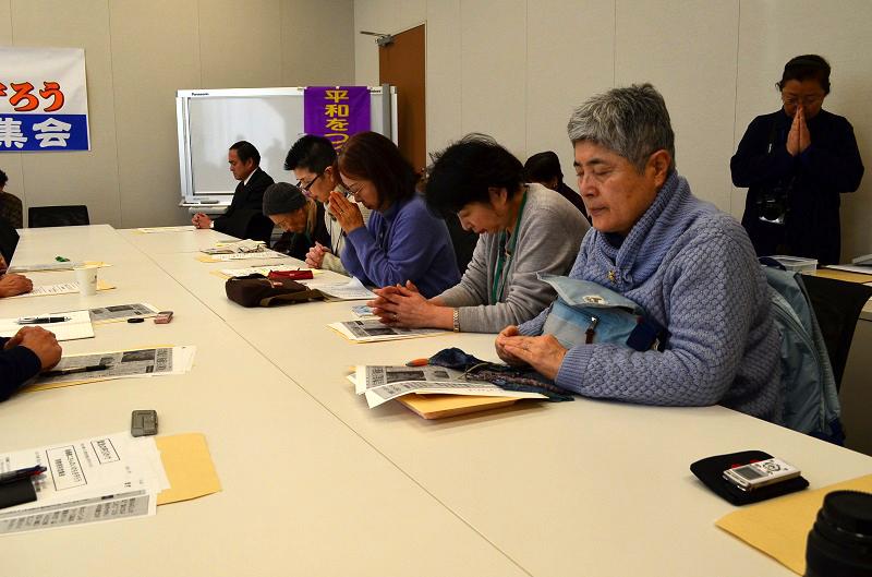 スタイルはそれぞれ違うが祈りはひとつ。仏教関係者や、プロテスタント、カトリックの牧師、神父、信徒ら約50人が集まり、共に祈った=27日、衆議院第二議員会館(東京都千代田区)で
