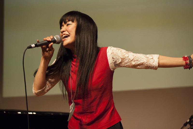 オリジナルソングはもちろん、自身が翻訳を手掛けたワーシップソングも披露した Emi Shirasaya さん=24日、お茶の水クリスチャン・センター(東京都千代田区)で