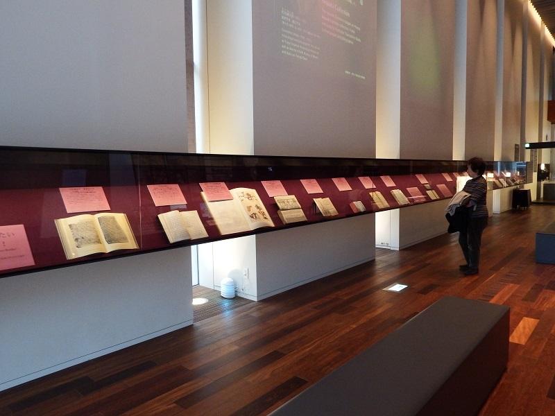 ビルマ語、サンスクリット語、アヴェスター語など各種言語で書かれた宗教関係書籍を見ることができる「オリエントホール」