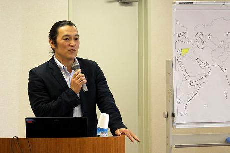 講演中の後藤健二さん。「さまざまな状況下で暮らす人々に関心を持ち続けてほしい」と常に訴えてきた。(2014年5月撮影)