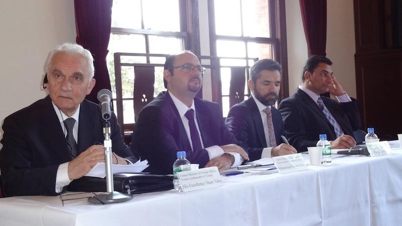 「中東崩壊の抑止」国際会議の講演・発題者たち。左から、基調講演を行ったトルコの元外務大臣で元大使のヤシャル・ヤクシュ氏、発題をしたシリア暫定政府外務局長のホサム・ハフェズ博士、ファティーヒ・スルタン・アフメット大学(トルコ)のレセプ・セントゥルク教授、エジプト・アル・アーラム政治・戦略研究センター研究員のベシール・アブデル・ファッター氏(写真:小原克博教授提供)