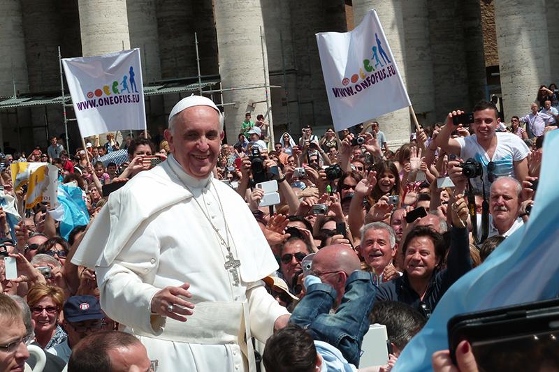 バチカンのサン・ピエトロ広場で人々に囲まれる教皇フランシスコ=2013年5月12日(写真:Edgar Jimenez)