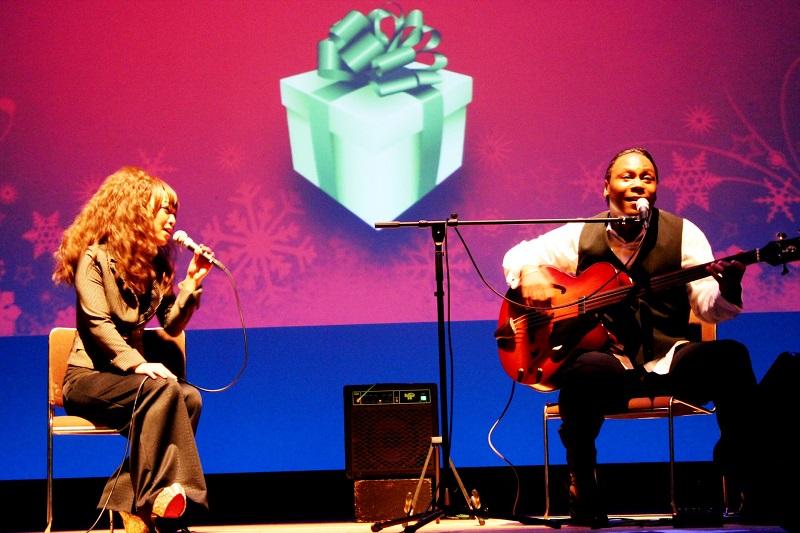 昨年行われたアルフィー・サイラス来日ツアーのオープニングアクトで歌うジェット・エドワーズさん(右)とジェンナさん。この日、ベースも演奏したジェットさんは、自身のソロ作品でビルボードチャートTOP3に入った経歴を持ち、プロデューサーとしても類まれな功績を残している。