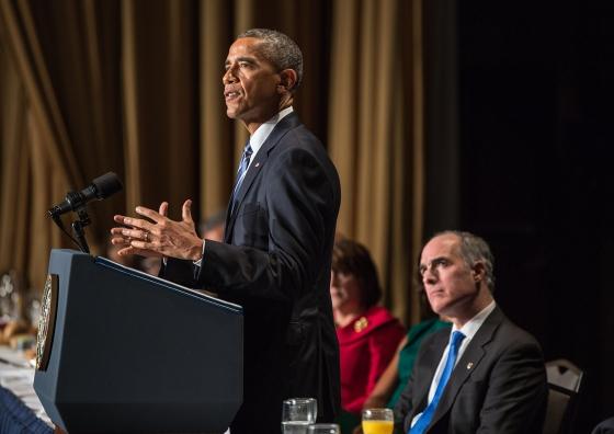 ワシントンDCにあるホテル「ワシントン・ヒルトン」で行われた米国家朝餐祈祷会でスピーチするバラク・オバマ米大統領=5日(写真:ホワイトハウス / ピート・スーザ)<br />