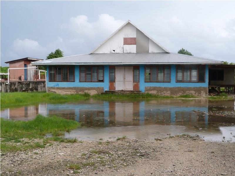 ツバルの首都フナフチの公民館。海水が地面の下から噴き出しでいるという。(写真:太平洋教会協議会提供)
