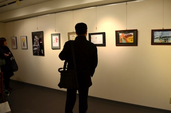 """イラクの子どもたちが描いた絵など展示 日比谷で「いのちの花展」 """"悲劇を悲劇で終わらせない"""""""