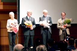 全セミナーが終わり、花束を受け取る講演者ら。左からキャロル・L・マイヤーズ氏、マーヴィン・マイヤー氏、ウィリアム・L・ホラデイ氏、リチャード・ボーカム氏=28日、東京国際フォーラム(東京都千代田区)で