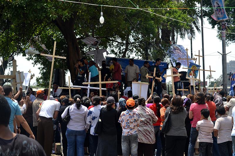 エジプト国内で起きたキリスト教徒とイスラム教徒の対立で、暴力的攻撃に抗議するコプト正教会信者と、無宗教者やイスラム教徒を含むその支持者ら=2011年5月11日(写真:コーリー・オークレイ)<br />