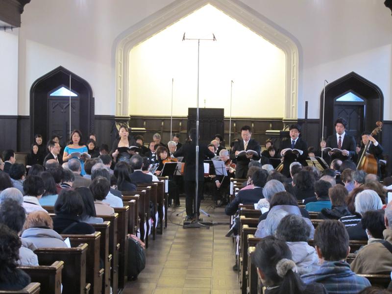 左から、天使(ソプラノ)、ヨブの妻(アルト)、神(テノール)、ヨブ(バリトン)、悪魔(バス)。演奏は、東京バッハ・カンタータ・アンサンブル。合唱は、今回の演奏会のために選抜されたオラトリオ「ヨブ」記念合唱団=15日、明治学院礼拝堂(東京都港区)で
