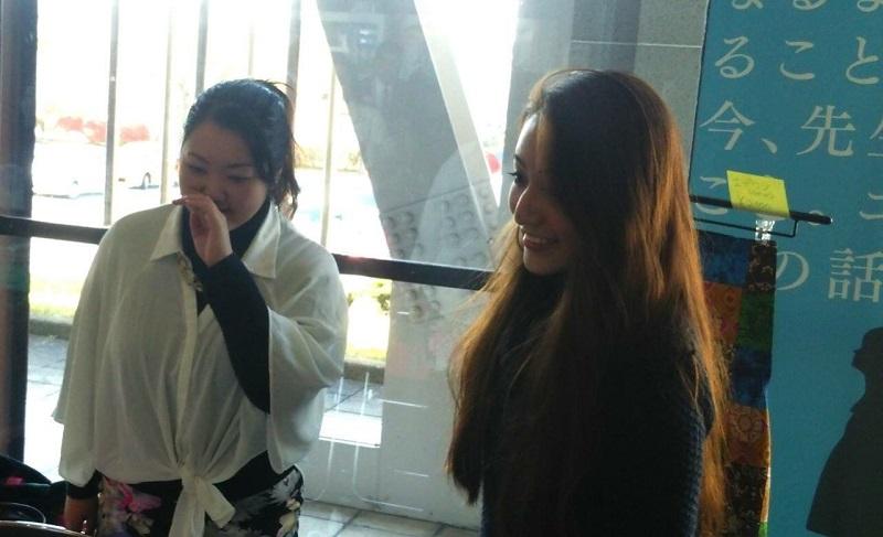 今回インタビューに応えてくれた味波珠璃(みなみ・じゅり)さん(右)。昨年のトレーニングキャンプに参加した彼女は弱冠20歳。語学系の学校に通う傍ら、日本国際飢餓対策機構でインターンとして、飢餓問題の支援活動に関わっている。