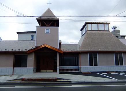 再建された日本基督教団福島教会の会堂。設計は旧会堂の設計者であるW・M・ヴォーリズが設立した一粒社ヴォーリズ建築事務所が担当。旧会堂のデザインを踏襲しつつ設計されており、シンボルだった鐘楼や数奇な運命をたどった「奇跡の鐘」も健在だ。(写真:同教会提供)