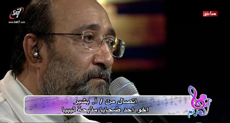 兄弟2人を過激派組織「イスラム国(IS)」により殺害させられたベシール・カメルさんに電話で話しかける番組ホストのマヘル・ファエズ氏(写真:SAT−7)<br />