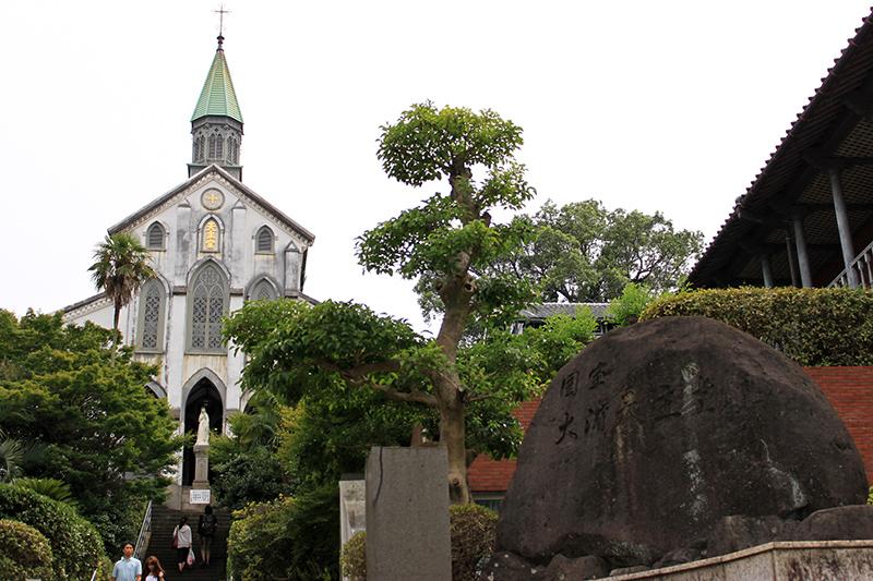 19日に献堂150周年を迎えた大浦天主堂。フランスのパリ外国宣教会の神父らによって1863年から建築が始まり、64年12月末に竣工。翌65年2月19日に献堂式が行われた。禁教令廃止に伴う信徒増加で手狭になり、79年に当初の2倍の大きさに拡張する大改築を行い、現在のゴシック様式の礼拝堂が誕生した。(写真:陳ポーハン)