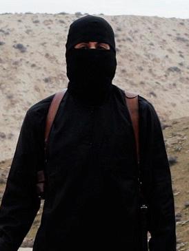 過激派組織「イスラム国」(IS)が公開した動画に映る「ジハーディ(聖戦戦士)・ジョン」。日本人人質の湯川遥菜(はるな)さんと後藤健二さんの殺害動画でも登場した。英BBCなどは26日、クウェート出身の英国人モハメド・エムワジ容疑者だと特定されたと伝えた。(写真:ISが公開した動画より)