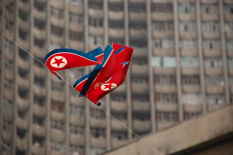 風になびく北朝鮮の国旗(写真:ステファン)