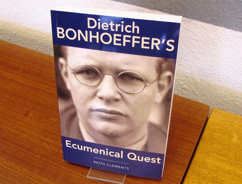 世界協会協議会(WCC)の討論会で発売されたキース・クレメンツ著『Dietrich Bonhoeffer's Ecumenical Quest(ディートリッヒ・ボンヘッファーのエキュメニカルな探求)』(WCC出版、2015年)(写真:WCC / ナビーン・カユーム)