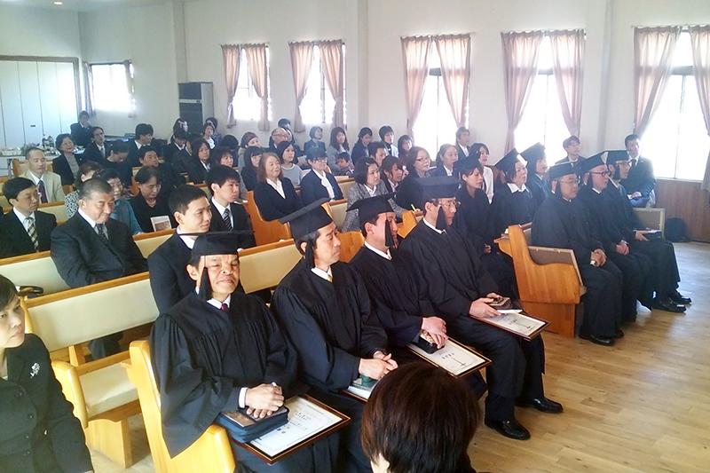 今年は10人が卒業。鹿児島県長島市や金沢市、徳島市、大阪市、奈良市などから、卒業生の出身教会の牧師や家族ら多数が参列した。(写真:生駒聖書学院提供)<br />