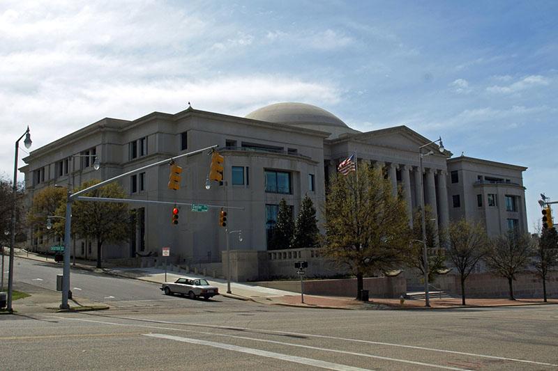 アラバマ州の州都モンゴメリーにあるアラバマ州司法ビル。同州の最高裁判所や民事控訴裁判所、刑事控訴裁判所が入っている。(写真:クリス・プルイット)