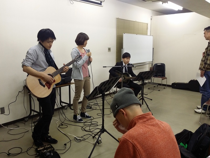 2000年に活動を開始したニューホープ東京は現在、300人が通う教会にまで成長。木曜日の礼拝「ミッドウィークサービス」は、霊的な養いや励ましを目的として、主に日曜礼拝に来られない人や平日に礼拝に参加したい社会人などを対象に行われている=5日、お茶の水クリスチャン・センター(東京都千代田区)で