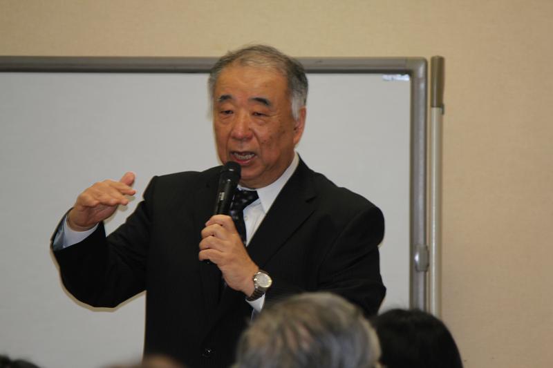 開会のあいさつをする牧会塾ディレクターの森直樹氏。パーソナルであること、フラットであること、プロセスを大切にすることを理念として掲げる牧会塾では、講師も受講者も全員名前を「さん」付けで呼び合う=10日、幼きイエス会(東京都千代田区)で