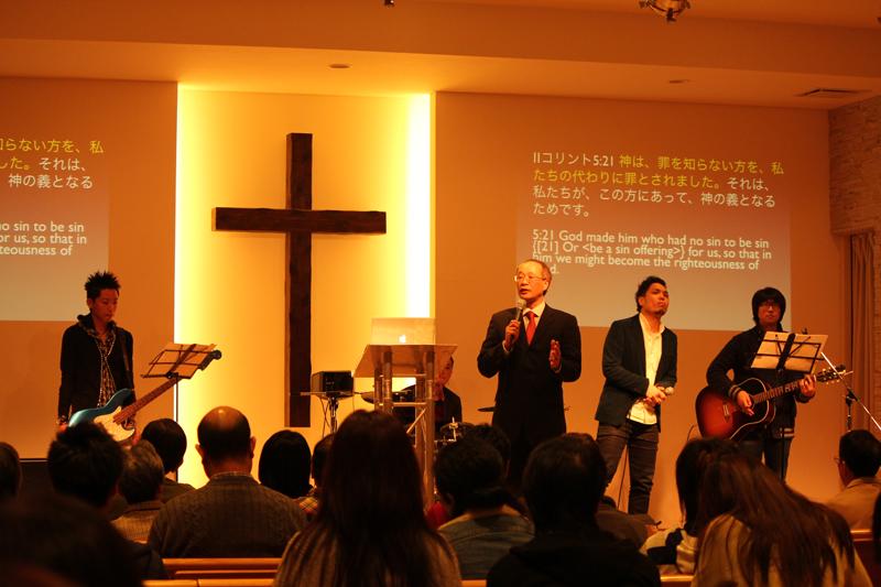 夕方に行われた聖会の様子=14日、神の家族主イエス・キリスト教会(東京都足立区)で