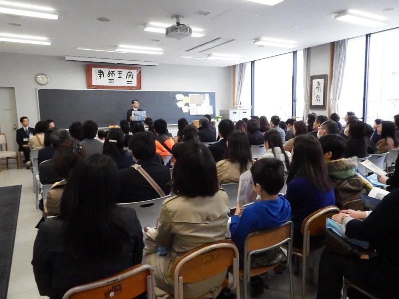 教師たちが各学校の魅力について5分ずつリレー形式でスピーチした=21日、青山学院高等部(東京都渋谷区)で