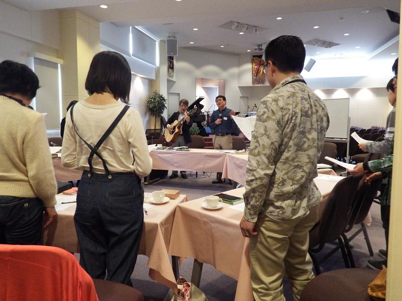 カンファレンスでは、講師の北秀樹氏が奏でるギターに合わせ賛美をささげたり、アルファで行われているゲームにも挑戦したりした=21日、日本アッセンブリーズ・オブ・ゴッド教団十条キリスト教会(東京都北区)で