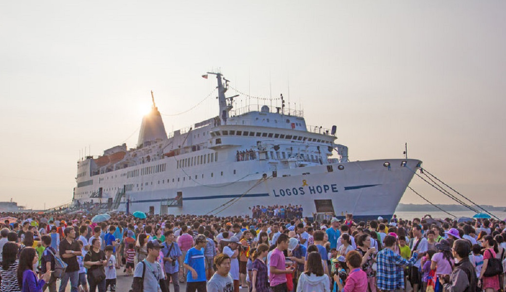 昨年、台湾を訪れたロゴス・ホープ号。1日で約3万人が訪れた。(写真:© OM Ships International / Beth Hutchison)