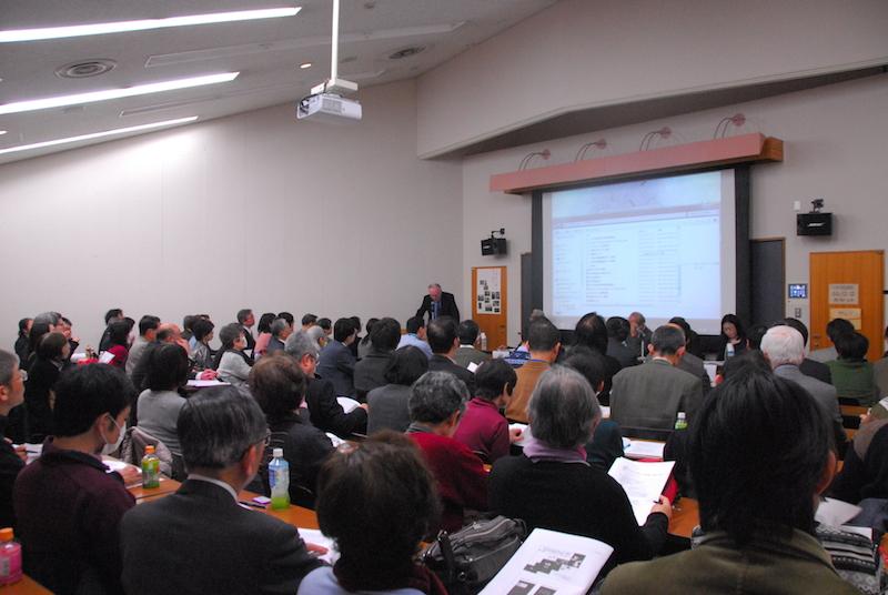 第1部のトマス・ヘイスティングス博士による基調講演を聴く会場の様子=14日、明治学院大学白金校舎(東京都港区)で