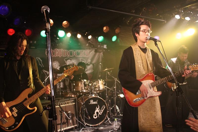 坊主バンドの本拠地・四谷に乗り込む牧師ROCKS。この日集まった観客130人を前に、「キリストのロック」を叫んだ=19日、四谷OUTBREAK(東京・四谷)で