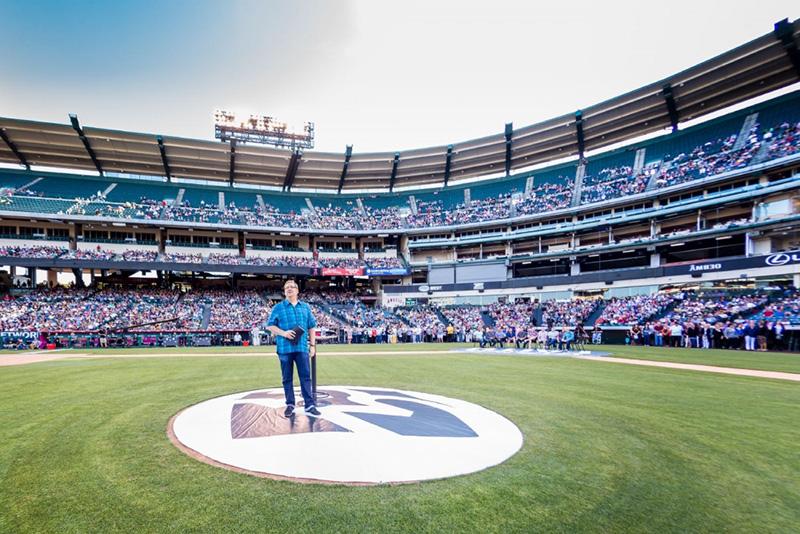 サドルバック教会の35周年記念イベントで語るリック・ウォレン牧師。2万人以上が集まった=21日、エンゼル・スタジアム(米カリフォルニア州アナハイム)で(写真:Bob Ortiz)