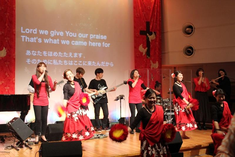 ニューホープ東京の15周年記念パーティーの賛美。ゴスペルフラや、手話を振り付けに用いたサインダンスなども披露された=3月28日、お茶の水クリスチャン・センター(東京都千代田区)で
