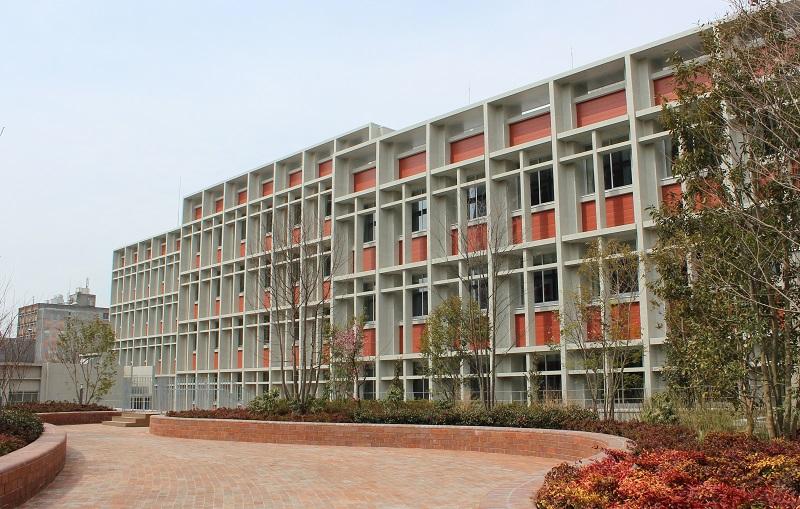 今回竣工した新校舎「S棟」。500人規模の大教室に情報端末を活用した研究、学習などができる設備を整備している。(写真:南山大学提供)