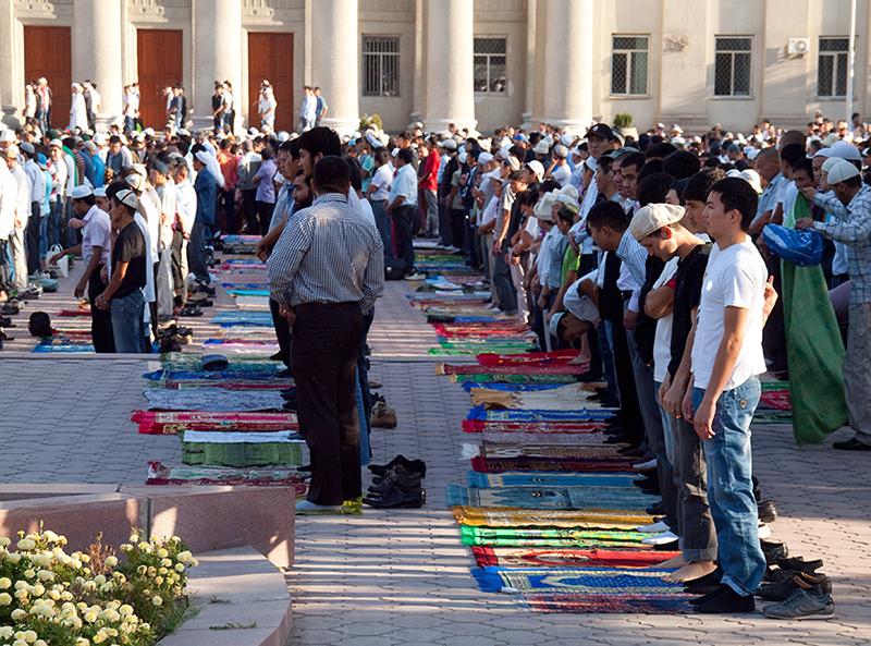 ラマダン(断食)開けの朝に祈りをささげるイスラム教徒(写真:Evgeni Zotov)