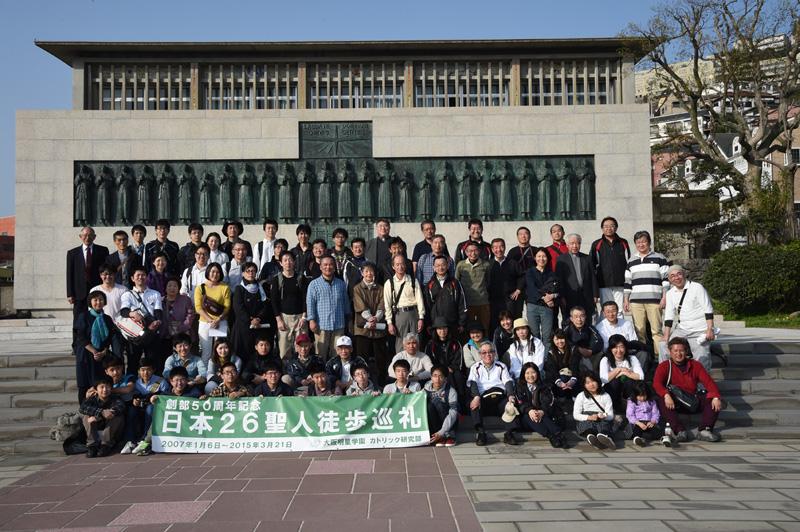 日本二十六聖人巡礼の最終回の集合写真=3月21日、日本二十六聖人記念碑前(長崎・西阪)で(写真:大阪明星学園提供)
