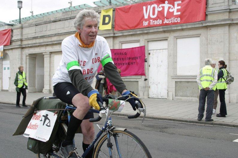 コリン・ブラネンさん(76)は、社会的な問題への啓発や問題意識を高める目的で自転車を走らせている。<br />