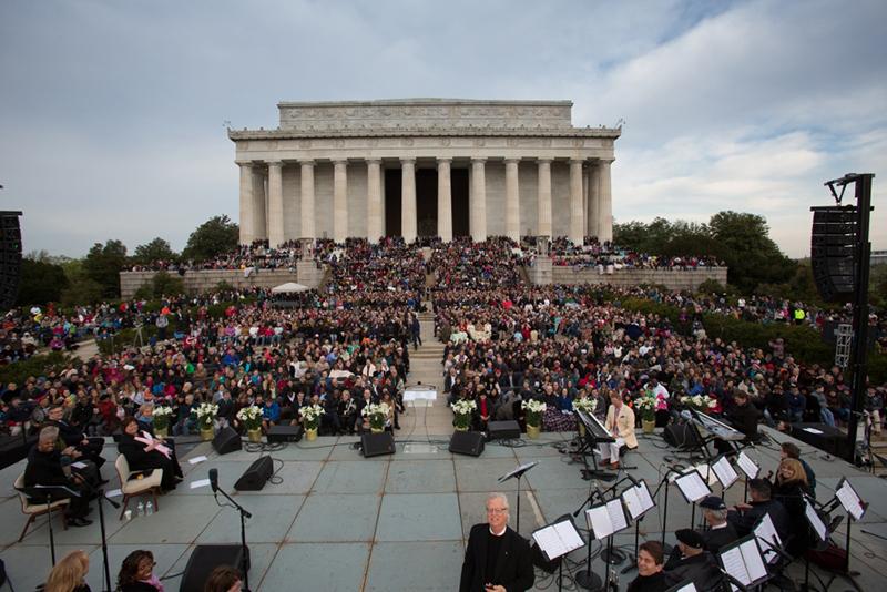 昨年のイースター・サンライズ礼拝の様子。イエス・キリストの復活を祝うため、ワシントンのリンカーン記念館前に数千人が集った。この礼拝は毎年、バージニア州ビーナにあるキャピタル・チャーチが主催している。(写真:キャピタル・チャーチ)