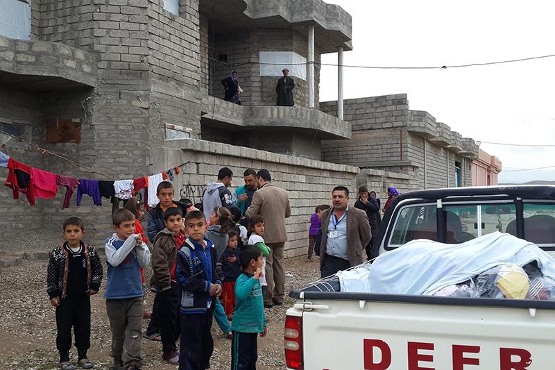 イラクのクルド人自治区でヤジディ教徒に支援物資を届けているところ。(写真:Defend International)