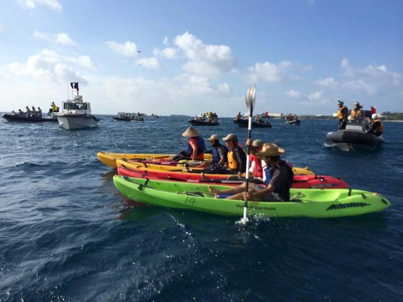 沖縄県名護市辺野古沖の大浦湾で抗議行動を行うカヌー(中央)と、それを取り囲む海上保安庁の船=2014年8月15日(写真:金井創牧師提供)