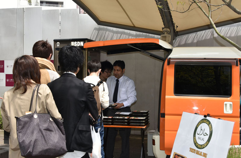 東京ハラルレストランの移動販売車で売られるハラル食を買い求める人たち(写真:上智大学提供)