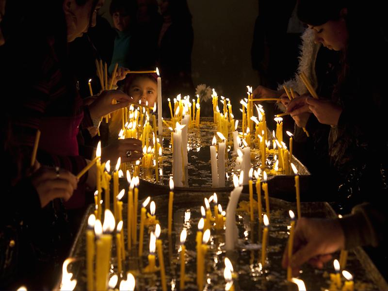 アルメニア人大虐殺100周年記念列聖式を前に、22日夜にアルメニア使徒教会の聖エチミアジン大聖堂で行われた前夜祷(写真:同教会)<br />
