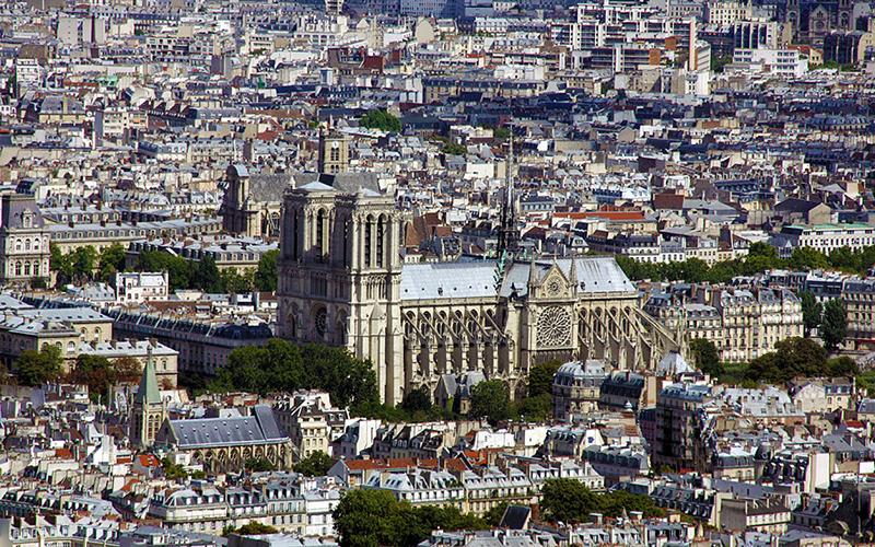 パリの街並み。中央に見えるのは世界遺産のノートルダム大聖堂(写真:Edal Anton Lefterov)