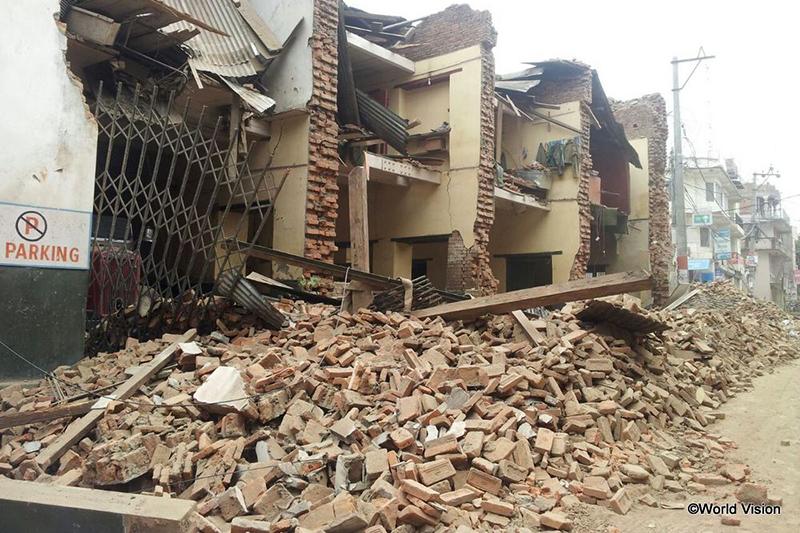 地震で倒壊した建物(写真:ワールド・ビジョン)<br />