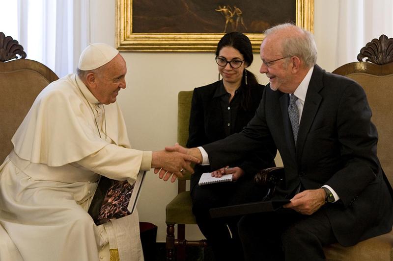 握手を交わすローマ教皇フランシスコ(左)と国連児童基金(ユニセフ)のアンソニー・レーク事務局長(© UNICEF / NYHQ2015-0963 / Diffidenti)