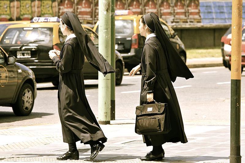通りを歩くシスター(修道女)。カトリック教会では、司教や司祭など、助祭以上が聖職者となるため、シスターは聖職者には含まれない。(写真:Alex Proimos)